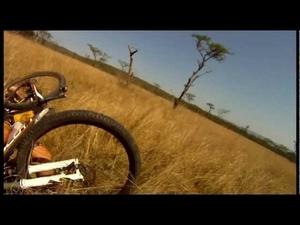 Опасно е да караш колело в Африка!