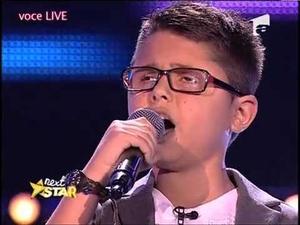Невроятен талант на 10 години впечатлява с гласа си целия свят!