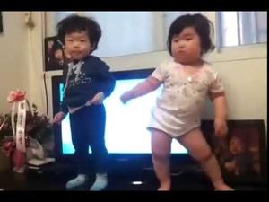 Ето така танцува мама!