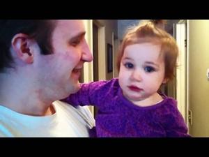 Момиченце плаче заради брадата на баща си