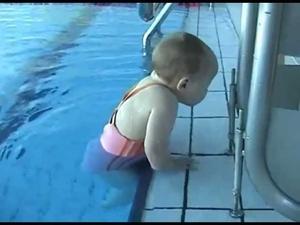 Бебе - плувец!