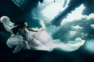 Модели се гмуркат 25 метра под водата за да направят невероятна фотосесия (видео)