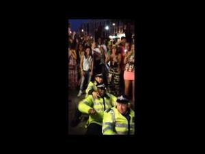 Полицаи се забавляват на фестивала Нотинг Хил! Страшни танцьори!