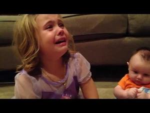 Малко момиченце не иска братчето й да порасне..