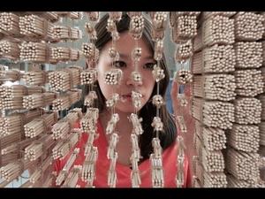 Момиче прави портрет на Джеки Чан от китайски пръчици