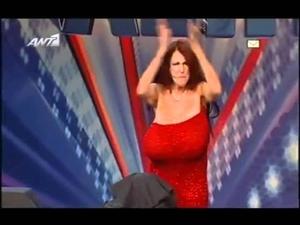 Жена чупи предмети с гърдите си!