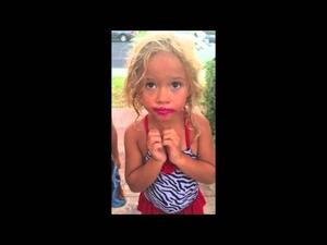 Това момиче твърди, че не е откраднало червилото на мама..