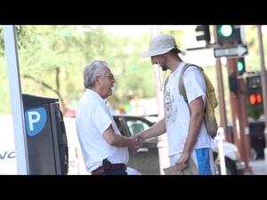 Фалшив бездомник дава пари на тези, които му помагат...
