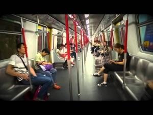 Това момче се състезава с метрото!