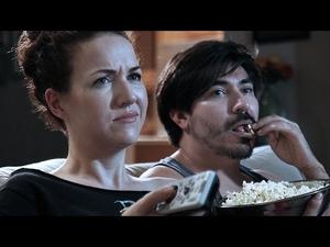 Странни неща, които двойките правят, когато гледат филми...