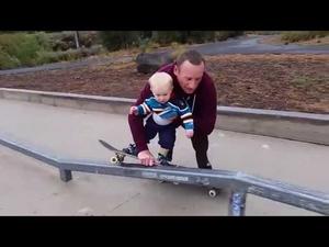 Баща учи малкото си дете да кара скейтборд!