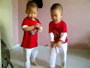 Близнаци танцуват Gangam Style
